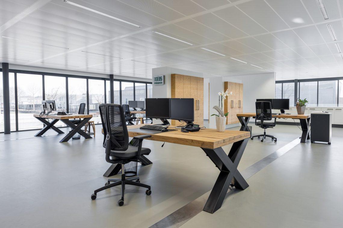 Interieurproject Therminon kantoorruimte eiken bureau stalen onderstel